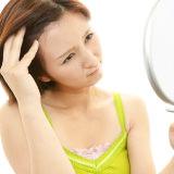 頭皮が脂っぽく、べたつく原因と対策