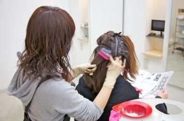 パーマやヘアカラーをすると髪が傷む