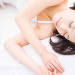 夜寝る時は、髪を結んで寝るべき?髪のナイトケア