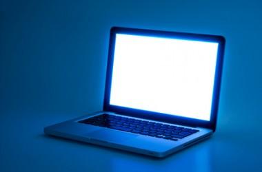パソコンやスマホのブルーライトが髪に及ぼす影響