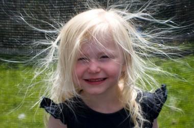 冬の静電気から髪を守る方法