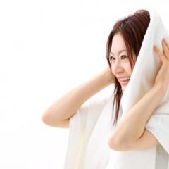 髪を傷めない正しいタオルドライの方法