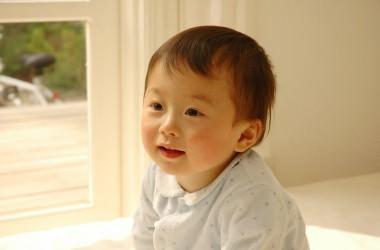 赤ちゃんの髪の色が薄いのは栄養不足のせい?