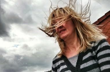 風や雨に負けない!絶対に髪型を崩したくないときのスタイリング方法