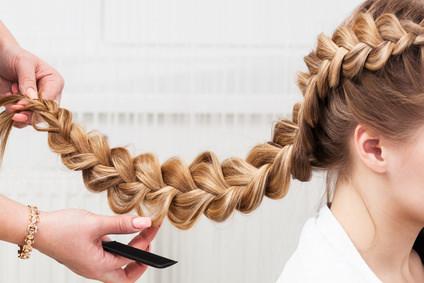 過度なヘアアレンジは抜け毛の原因に