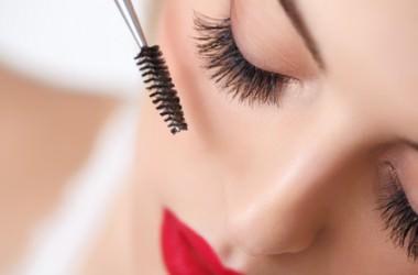 まつ毛美容液は生え際に塗っても効果アリ?