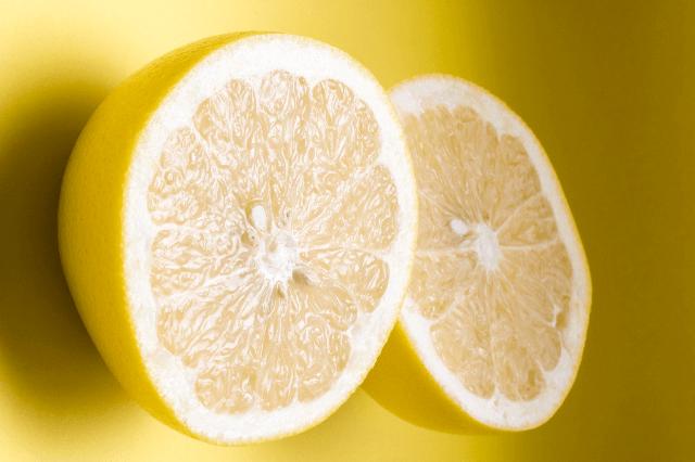 髪の脂を取るにはレモンがオススメ