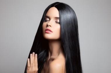 天然の方法で髪をまっすぐする方法