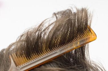 危険!櫛の梳かしすぎは髪を傷めてる!