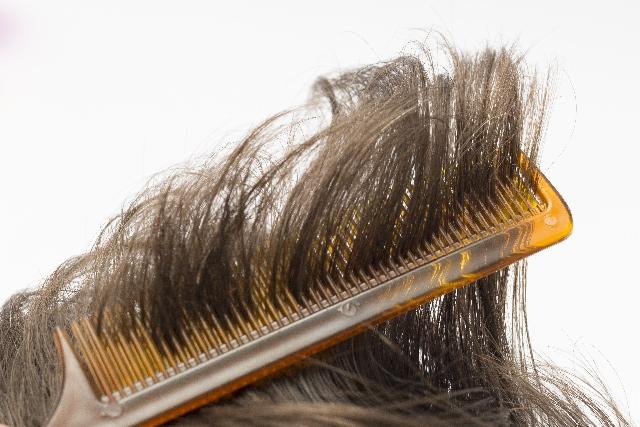 櫛の梳かしすぎは髪を傷めてる