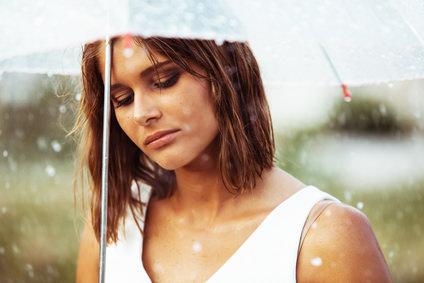 酸性雨が髪に与える影響とは?