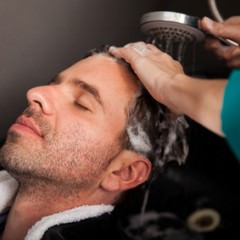 テカリ肌体質の人は頭皮もベタつきやすい?