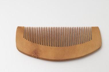 木製のくしが髪の汚れを取ってくれる?
