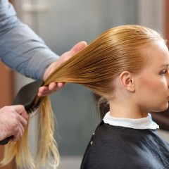 髪を傷つけずにブラッシングする方法
