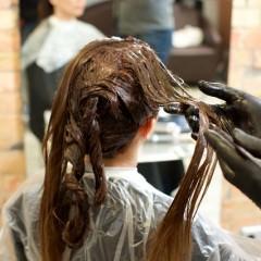 染めてないのに髪が茶色くなるのはなぜ?対策は?