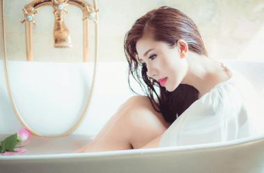 お風呂から上がる前に髪を冷水で流すとツヤツヤに?