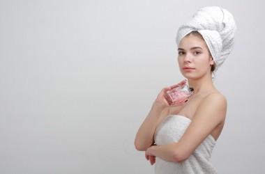 髪に香水をつけるとどんなメリットとデメリットがあるの?