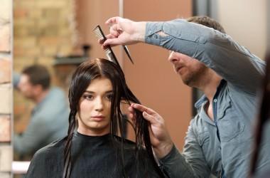 髪の毛を定期的に切ると伸びが早くなる?