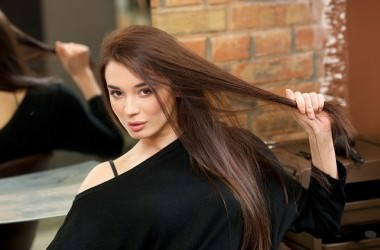 髪を触る癖がある人は髪が傷む原因になるの?