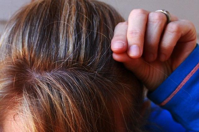 白髪を抜くのは良くない?白髪染めとオシャレ染めの違いについて