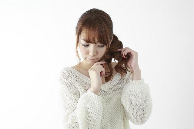 髪が傷むと枝毛が白く見える理由とは?