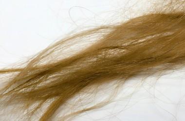 ベビーオイルを髪に使い過ぎるとパサパサになってしまうの?