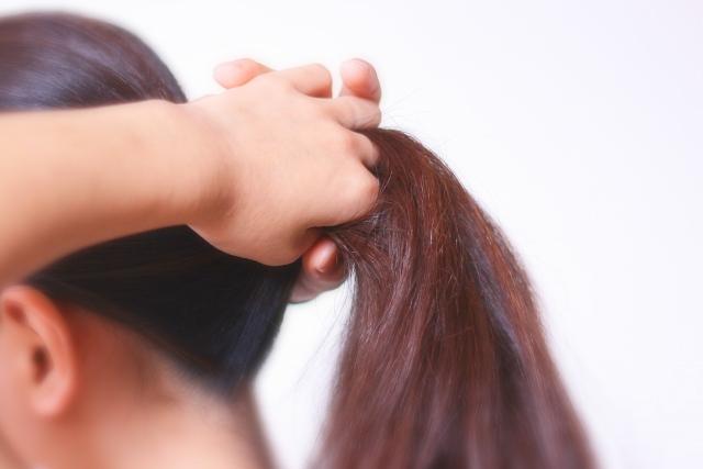 頭皮へのダメージを抑えるポニーテールの作り方とは