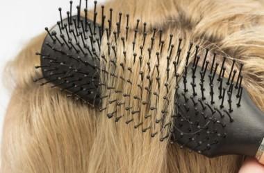 髪をとかしている時、髪がよく絡むことは傷んでいるサインなの?