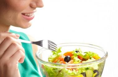 サラダを食べ過ぎるとヘアケア効果が弱まる?