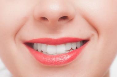歯並びが悪いと顔がたるみやすいの?