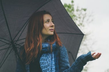 湿度が高い雨の日でも髪が乾燥する理由