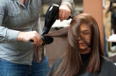 髪が抜けにくいヘアブラシの梳かし方
