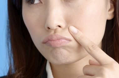 頭皮の健康状態は、顔の肌荒れやニキビにも影響するの? ヘアケア講座 頭皮ケア(スカルプケア)