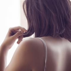 髪が抜ける原因や症状と正しい対処法
