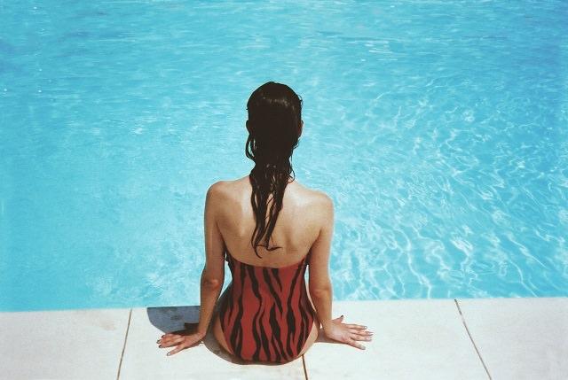 プールで髪が茶色くなる原因