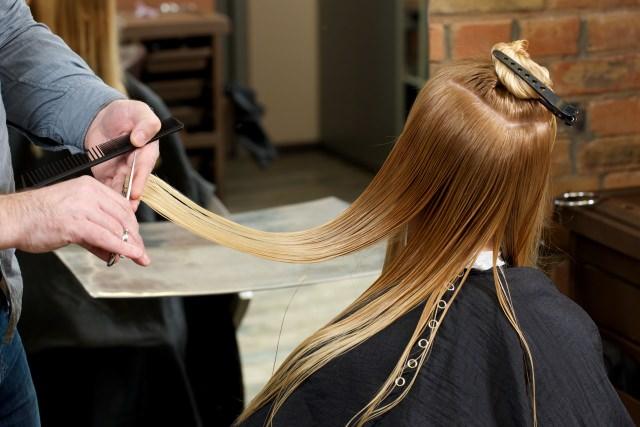 髪を早く伸ばすために毛先は定期的に切るべき?