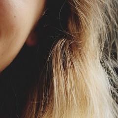 毎日のヘアアイロンとパーマはどっちの方が傷むのか
