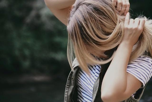 パーマや縮毛矯正後のトリートメントは髪を傷める?