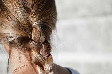 髪が傷むと茶色くなるのはなぜ?
