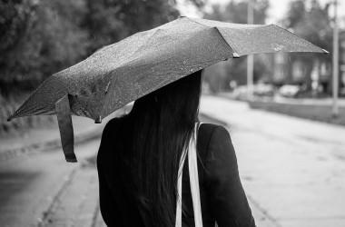 梅雨時期に頭皮がかゆくなる!原因と対策は?