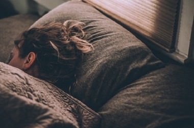 髪を傷つけずに寝る方法