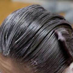 白髪が増えたからとりあえず紫って正解なの? 60代女性に似合う髪色とは