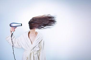 髪の広がりを抑える静電気防止アイテム