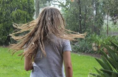 湿度で髪がうねるのはどうして?