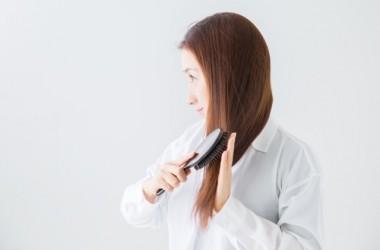 髪を洗う前に櫛で梳かすといいのはなぜ? ヘアケア講座