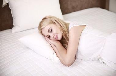 夜寝る時は、髪を結んで寝るべき?髪のナイトケア ヘアケア講座