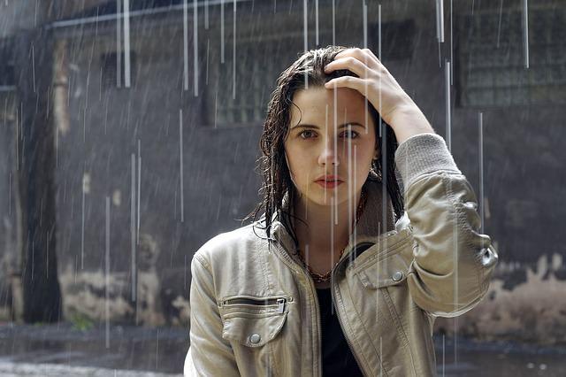 雨で髪が傷むのは本当なのか