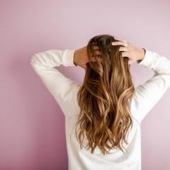 髪のパサつき改善!ヘアオイルでサラサラ美髪へ