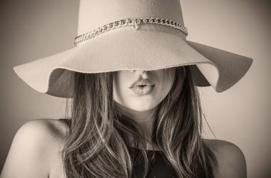 帽子に隠れない髪の毛先を紫外線から守る方法とは ヘアケア講座