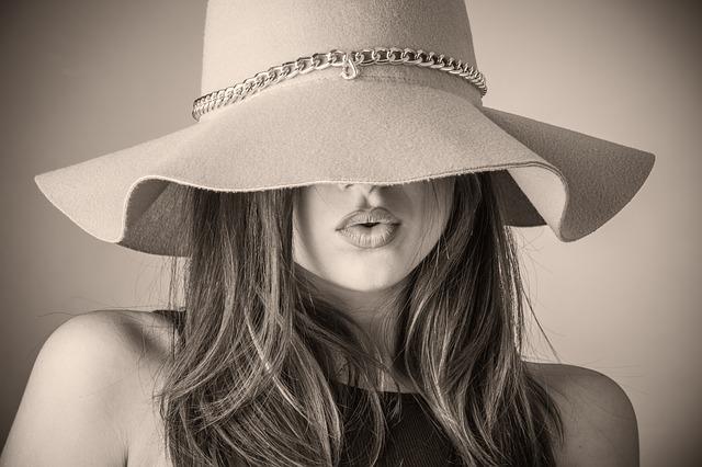 帽子に隠れない髪の毛先を紫外線から守る方法とは